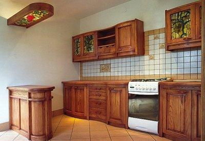 Meble drewniane na zamówienie szafki kuchenne z witrażami, barek. #1061