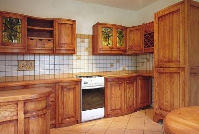 Meble z drewna na wymiar szafki kuchenne z witrażami. #1062