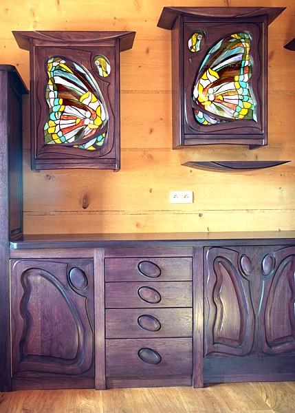 1166 - Meble drewniane do kuchni artystyczne szafki z witrażami.