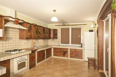 Dębowa unikatowa kuchnia z drewna z witrażami. #1174