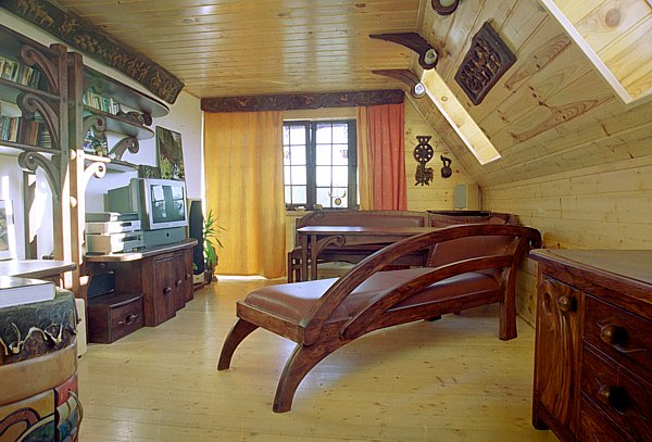 2011 - Meble drewniane artystyczne unikatowa tapicerowana skórą sofa szezlong, aranżacja wnętrz.