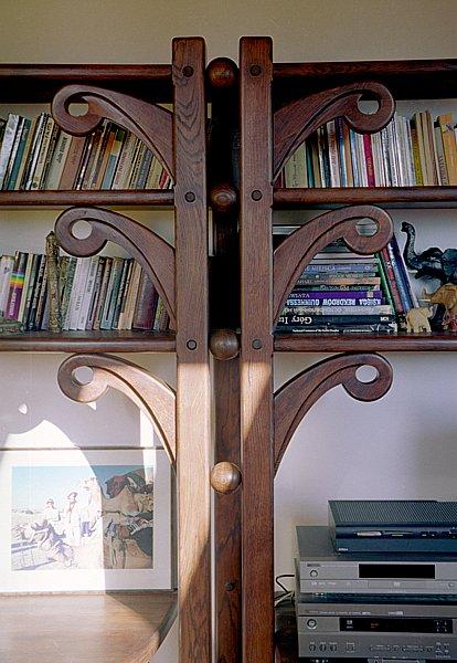 2013 - Meble z drewna unikatowy projekt regału ręcznie rzeźbione.
