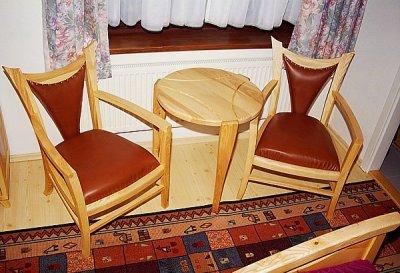 Meble z drewna do sypialni fotele tapicerowane skora, stolik unikatowy. #3043