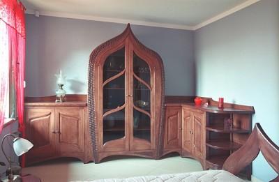 Meble z drewna artystyczne unikatowe do sypialni szafki debowe z witryna, aranzacja wnetrz. #3152
