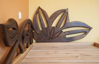 artystyczne drewniane łóżko dębowe słoneczniki #3187