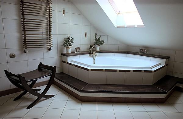 6162 - Meble z drewna do łazienki, unikatowa obudowa wanny na wymiar.