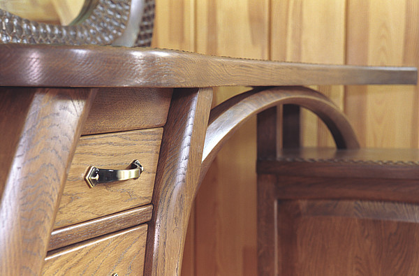 6233 - Meble z drewna dębowego, detal unikatowej artystycznej toaletki z lustrem.