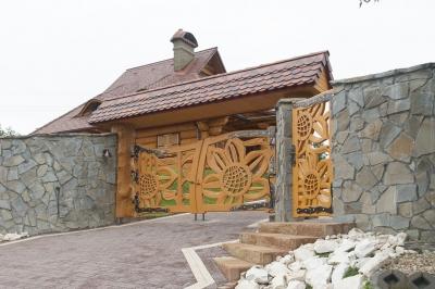 5211 Wjazd na posesję, brama drewniana.