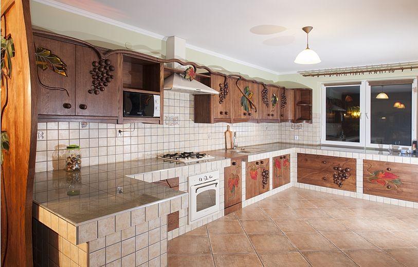 drewniane szafki kuchenne z witrazami